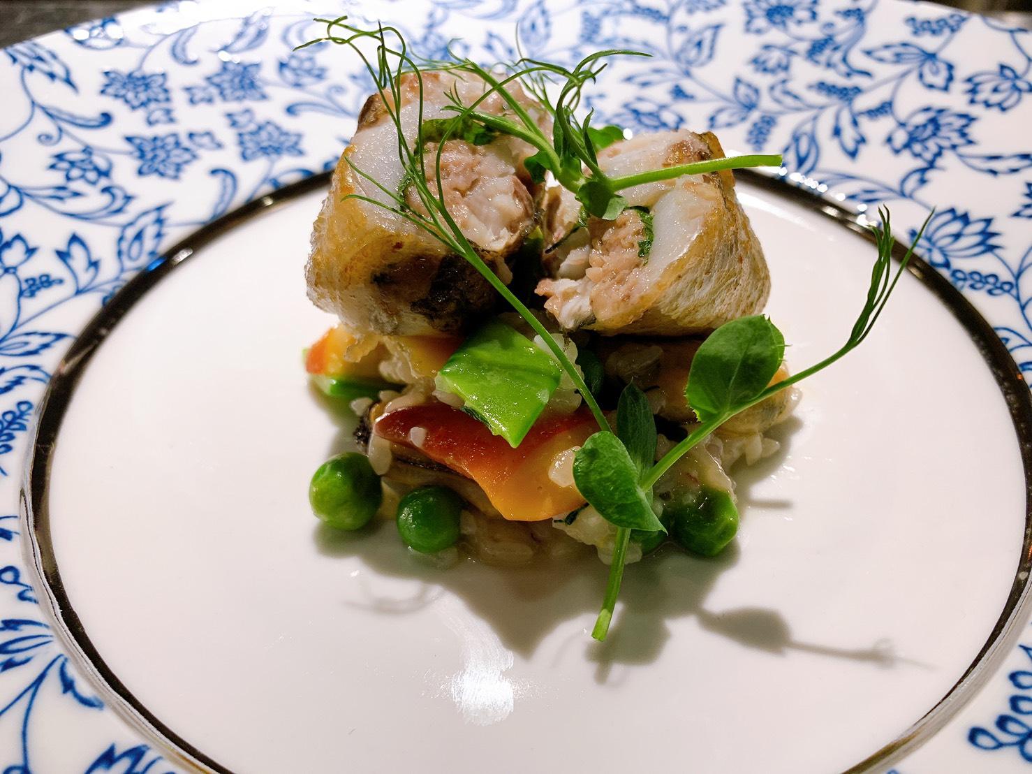 カマスとセセリのクレピネット包み 貝類と緑豆のリゾット
